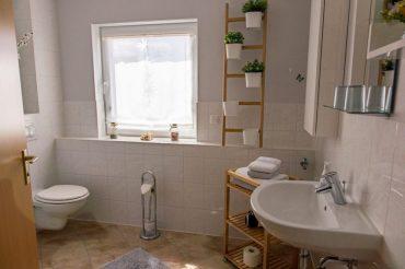 Ein Badezimmer mit allem, was benötigt wird