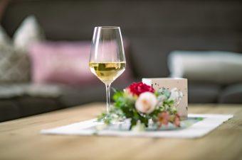Ferienwohnung an den Grundwiesen Wohnzimmer Detail Weinglas Rose 202011119
